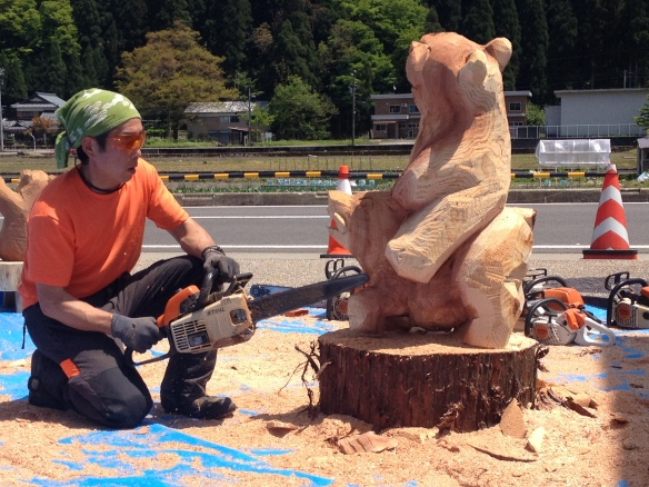 Chainsaw art - a bear riding a wild boar!